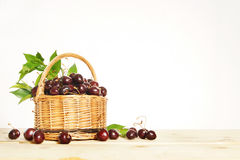 Bagas maduras da cereja em uma cesta de vime Fotografia de Stock Royalty Free