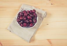 Bagas maduras frescas das cerejas no fundo de madeira Foto de Stock