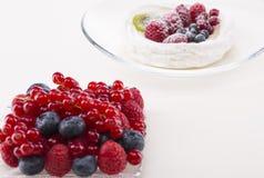 Bagas selvagens e sobremesa branca Imagem de Stock Royalty Free