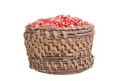 Bagas uma airela na cesta velha isolada no backgroun branco Foto de Stock