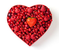 Bagas vermelhas para em caixa heart-shaped imagens de stock