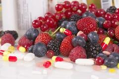 Bagas, vitaminas e suplementos nutritivos Imagem de Stock Royalty Free