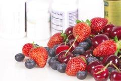 Bagas, vitaminas e suplementos nutritivos Fotografia de Stock