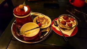 Bagatela da morango, chá e grãos-de-bico roasted no café fotos de stock