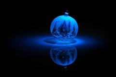 Bagattella blu del fiocco di neve su priorità bassa nera. Fotografie Stock