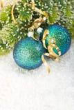 Bagattella blu di natale con la filiale dell'albero di Natale Fotografie Stock