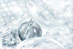 Bagattella d'argento di Natale su fondo astratto Fotografia Stock Libera da Diritti