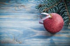 Bagattella dell'albero di abete sul concetto di feste del bordo di legno Fotografia Stock Libera da Diritti