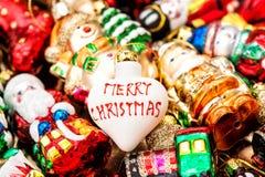 Bagattella dell'albero di Natale ed ornamenti variopinti Buon Natale Fotografia Stock