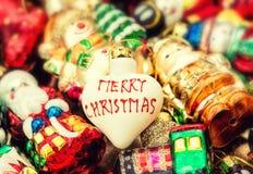 Bagattella dell'albero di Natale ed ornamenti variopinti Retro stile Immagine Stock