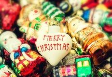 Bagattella dell'albero di Natale ed ornamenti variopinti Retro stile tonificato Immagine Stock