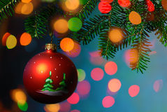Bagattella dell'albero di Natale su priorità bassa luminosa Fotografia Stock Libera da Diritti