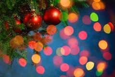 Bagattella dell'albero di Natale su priorità bassa luminosa Fotografie Stock Libere da Diritti