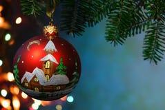 Bagattella dell'albero di Natale su priorità bassa luminosa Fotografie Stock
