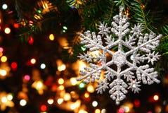Bagattella dell'albero di Natale su priorità bassa luminosa Fotografia Stock
