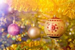 bagattella della decorazione dell'Natale-albero sul BAC decorato dell'albero di Natale Fotografia Stock