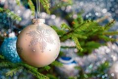 bagattella della decorazione dell'Natale-albero sul BAC decorato dell'albero di Natale Immagine Stock