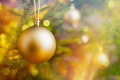 bagattella della decorazione dell'Natale-albero sul BAC decorato dell'albero di Natale Fotografia Stock Libera da Diritti