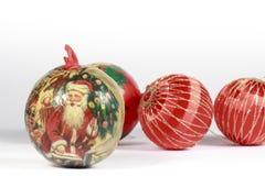 Bagattella di Natale davanti ad altre palle rosse Immagine Stock