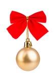 Bagattella di Natale dell'oro con l'arco rosso Fotografia Stock Libera da Diritti