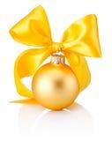 Bagattella dorata di Natale con l'arco giallo del nastro isolato su bianco Immagine Stock