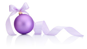 Bagattella porpora di Natale con l'arco del nastro isolato su bianco Fotografia Stock
