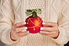 Bagattella rossa con la decorazione dorata Fotografia Stock