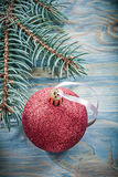 Bagattella rossa del ramo del pino sul concetto di feste del bordo di legno Immagini Stock Libere da Diritti