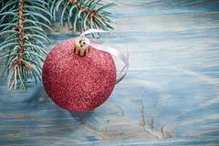 Bagattella rossa del ramo dell'abete sul concetto di feste del bordo di legno Immagini Stock