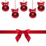 Bagattella rossa dell'estremità dell'arco del nastro su fondo bianco Albero di Natale Fotografia Stock Libera da Diritti