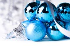 Bagattelle blu di natale con la decorazione d'argento Fotografia Stock