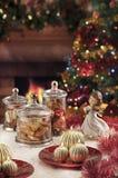 Bagattelle, candele ed altra di Natale su fondo di defocused Immagine Stock Libera da Diritti