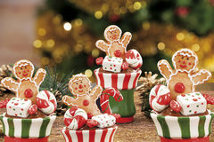 Bagattelle, candele ed altra di Natale su fondo di defocused Immagine Stock