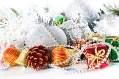 Bagattelle d'argento della palla di Natale con la decorazione del nuovo anno, isolata Fotografia Stock