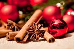 Bagattelle dell'anice della cannella della decorazione di Natale nel rosso Immagine Stock Libera da Diritti