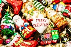 Bagattelle delle decorazioni dell'albero di Natale, giocattoli ed ornamenti variopinti Fotografia Stock Libera da Diritti
