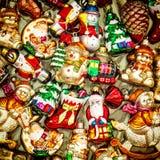 Bagattelle delle decorazioni dell'albero di Natale, giocattoli ed ornamenti variopinti Fotografia Stock