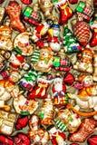 Bagattelle delle decorazioni dell'albero di Natale, giocattoli ed ornamenti variopinti Immagini Stock