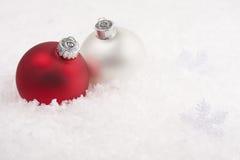 Bagattelle di natale e ghirlanda del fiocco di neve immagini stock libere da diritti