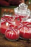 Bagattelle di Natale su fondo delle luci defocused Fotografia Stock