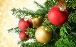 Bagattelle di Natale sui rami fertili dell'abete immagine stock