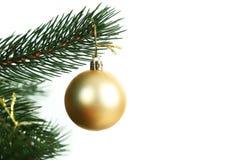 Bagattelle di Natale sull'albero di Natale su fondo bianco Fotografie Stock Libere da Diritti