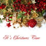 Bagattelle rosse, decorazioni dorate, pino e rami delle bacche Immagine Stock Libera da Diritti