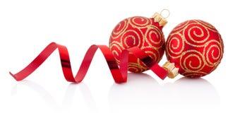 Bagattelle rosse della decorazione di natale e carta d'arricciatura isolate Fotografia Stock