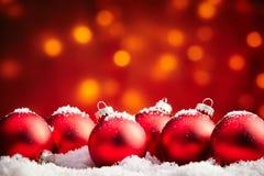 Bagattelle rosse di Natale spruzzate con neve Fotografia Stock Libera da Diritti