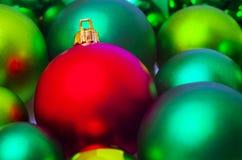 Bagattelle rosse e verdi dell'albero di Natale Fotografia Stock