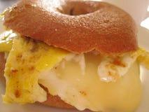 Bagel αυγών και τυριών για το πρόγευμα Στοκ Εικόνες