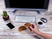 Bagel και καφές στον εργασιακό χώρο Στοκ Φωτογραφία