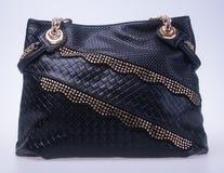bagel μαύρη τσάντα γυναικών μόδας χρώματος σε ένα υπόβαθρο στοκ εικόνα