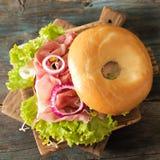 bagel με το μπέϊκον και τους νεαρούς βλαστούς Στοκ Φωτογραφίες